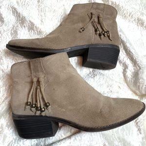 White Mountain Taupe suede boots with tassel sz 9